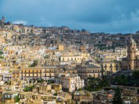 Клуб путешествий Павла Аксенова. Италия. Сицилия. Модика. Aerial view of Modica old town Sicily, Italy. Фото elisalocci - Depositphotos