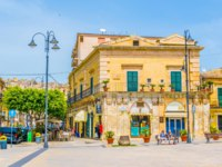 Клуб путешествий Павла Аксенова. Италия. Сицилия. Модика. View of a small square in Modica, Sicily, Italy. Фото Dudlajzov - Depositphotos