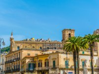 Клуб путешествий Павла Аксенова. Италия. Сицилия. Модика. Old town of Modica dominated by chiesa di san pietro, Sicily, Italy. Фото Dudlajzov - Depositphotos