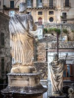 Италия. Сицилия. Модика. View of the ancient town Modica and sculptures of the church or Dome of San Pietro (Saint Peter), Sicily, Italy. Фото Byelikova-Deposit