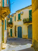 Италия. Сицилия. Модика. View of a narrow street in Modica, Sicily, Italy. Фото Dudlajzov - Depositphotos