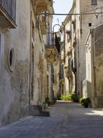 Италия. Сицилия. Модика. Old Italy, narrow street in old city of Modica, Sicily - Italy. Фото gadzius - Depositphotos
