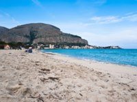 Италия. О. Сицилия. Побережье Монделло. The famous beach of Mondello in Palermo, Sicily. Фото gandolfos-Depositphotos