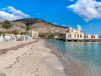 Италия. О. Сицилия. Побережье Монделло. View of Mondello beach with establishment Charleston on the sea in Palermo. Фото elesi-Depositphotos