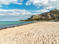Италия. О. Сицилия. Побережье Монделло. View of Mondello beach, is a small seaside resort near center of city Palermo, Sicily, Italy. Фото elesi-Depositphotos