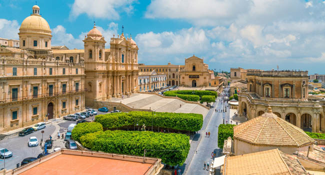 Италия. Сицилия. Ното. Panoramic view in Noto, with the Cathedral, Palazzo Ducezio and the Santissimo Salvatore Church. Province of Siracusa, Sicily.Фото e55evu-Deposit