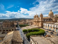 Клуб путешествий Павла Аксенова. Италия. Сицилия. Ното. Panoramic view of Noto old town and Noto Cathedral, Sicily, Italy. Фото javarman - Depositphotos