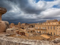 Клуб путешествий Павла Аксенова. Италия. Сицилия. Ното. Above the rooftops before storm in Noto in Sicily. Фото CaptureLight - Depositphotos