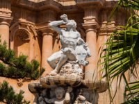 Италия. Сицилия. Ното. Hercules fountain in Noto, famed for its Baroque architecture. UNESCO World Heritage Site in Noto, Sicily, Italy. Фото Alesinya - Depositphotos