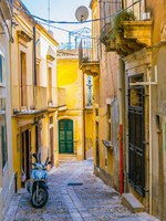 Италия. Сицилия. Ното. View of a narrow street in Noto, Sicily, Italy. Фото Dudlajzov - Depositphotos