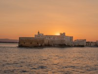 Италия. Сицилия. Сиракузы. Sunset on the Fortress Maniace in Syracuse Sicily. Фото micheleponzio - Depositphotos