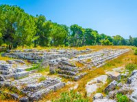 Италия. Сицилия. Сиракузы. View of the ruins inside of the Neapolis Archaeological Park in Syracuse, Sicily, Italy. Фото Dudlajzov - Depositphotos