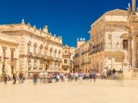 View of The Central Square in Ortygia (Ortigia, Piazza Duomo) with walking people. Historical buildings in Syracuse, Italy. Фото RS.photography-Deposit