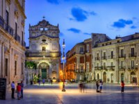 Италия. Сицилия. Сиракузы. Busy Piazza del Duomo Illuminated at Dusk, Ortygia, Sicily, Italy. Фото zx6r92 - Depositphotos