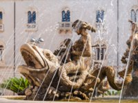 Италия. Сицилия. Сиракузы. The fountain on the square Archimedes in Syracuse. Sicily, Italy. Фото Alesinya - Depositphotos