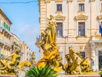 Италия. Сицилия. Сиракузы. Fountain of Diana in Syracuse, Sicily, Italy. Фото Dudlajzov - Depositphotos