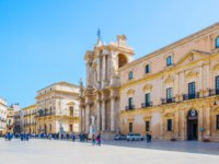 Италия. Сицилия. Сиракузы. People are strolling on piazza Duomo in Syracuse, Sicily, Italy. Фото Dudlajzov - Depositphotos