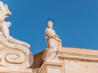 Италия. Сицилия. Сиракузы. Statue in front of the Cathedral of Syracuse, Sicily, Italy. Фото Alesinya - Depositphotos