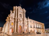 Италия. Сицилия. Сиракузы. Syracuse Cathedral and Archbishops Palace in Syracuse at night - Sicily, Italy. Фото Leonid_Andronov - Depositphotos