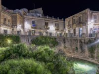 Италия. Сицилия. Сиракузы. Source Aretusa in the night. Syracuse Sicily. Фото micheleponzio - Depositphotos