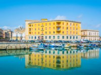 Италия. Сицилия. Сиракузы. Boats are moored next to the old town of Syracuse, Sicily, Italy. Фото Dudlajzov - Depositphotos