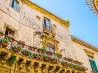 Италия. Сицилия. Сиракузы. Facade of an old house in the old town of Syracuse, Sicily, Italy. Фото Dudlajzov - Depositphotos