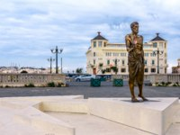 Италия. Сицилия. Сиракузы. Archimedes Statue and Ortea Palace Luxury Hotel. Фото micheleponzio - Depositphotos