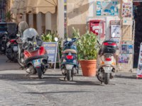 Италия. Сицилия. Сиракузы. Scooters parked outside the shop on the island of Ortigia in Syracuse, Sicily. Фото Alesinya - Depositphotos