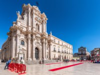 Италия. Сицилия. Сиракузы. Syracuse Sicily, the cathedral square for the anniversary of the Carabinieri. Фото micheleponzio - Depositphotos