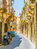 Италия. Сицилия. Сиракузы. View of a narrow street in Syracuse, Sicily, Italy. Фото Dudlajzov - Depositphotos