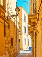 Италия. Сицилия. Сиракузы. Old street in the Old City in Syracuse, Sicily Island, Italy. Фото Zoooom - Depositphotos