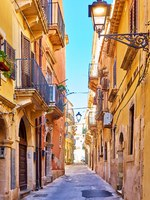 Италия. Сицилия. Сиракузы. Old street in the Old City of Syracuse in Sicily, Italy. Фото Zoooom - Depositphotos