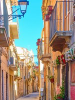 Италия. Сицилия. Сиракузы. Old street in the Old City of Syracuse, Sicily, Italy. Фото Zoooom - Depositphotos