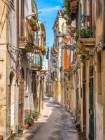 Италия. Сицилия. Сиракузы. A narrow and picturesque road in Ortigia, Siracusa old town, Sicily, southern Italy. Фото e55evu - Depositphotos