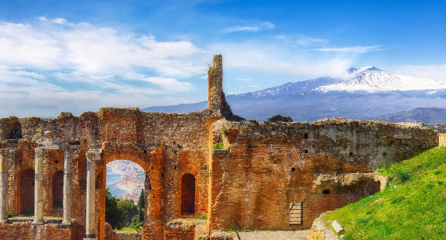 Италия. Сицилия. Таормина. Ruins of ancient Greek theater in Taormina and Etna volcano. Coast of Giardini-Naxos bay, Sicily, Europe. Фото Pilat666-Deposit