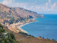 Италия. Сицилия. Таормина. Panoramic sight of the sicilian coastline as seen from Taormina. Province of Messina, Sicily, southern Italy. Фото e55evu - Depositphotos