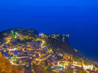 Италия. Сицилия. Таормина. Night view of Taormina, Sicily, Italy. Фото Dudlajzov - Depositphotos