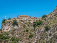 Италия. Сицилия. Таормина. Castelmola as seen from the Taormina ancient theater, Sicily Italy. Фото e55evu - Depositphotos