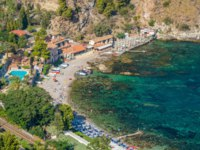 Италия. Сицилия. Таормина. Cozy and relaxing bay with aquamarine water in Taormina. Province of Messina, Sicily, southern Italy. Фото e55evu - Depositphotoss