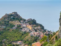 Италия. Сицилия. Таормина. Taormina Castle as seen from Castelmola, Sicily, Italy. Фото e55evu - Depositphotos