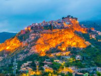 Италия. Сицилия. Таормина. Sunset view of Castelmola village, Sicily, Italy. Фото Dudlajzov - Depositphotos