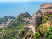 Италия. Сицилия. Таормина. Castelmola, an ancient medieval village situated above Taormina, on the top of the mountain Mola. Sicily. Фото e55evu-Depositphotos