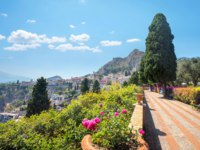 Италия. Сицилия. Таормина. Landscape with garden path in city public park at Taormina. Sicily, Italy. Фото Bareta - Depositphotos