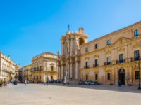 Италия. Сицилия. Таормина. People are strolling on piazza Duomo in Syracuse, Sicily, Italy. Фото Dudlajzov - Depositphotos