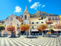 Италия. Сицилия. Таормина. Scenic view of San Giuseppe Church at IX Aprile Square in Taormina. Messina district, Sicily, Italy. Фото Bareta-Depositphotos