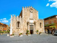 Италия. Сицилия. Таормина. View of San Nicolo Cathedral at Piazza del Duomo in Taormina. Sicily, Italy. Фото Bareta - Depositphotos