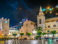 Италия. Сицилия. Таормина. People are strolling on piazza IX Aprile during night in Taormina, Sicily, Italy. Фото Dudlajzov - Depositphotos