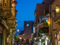 Италия. Сицилия. Таормина. The beautiful Taormina in a summer evening. Province of Messina, Sicily, southern Italy. Фото e55evu - Depositphotos