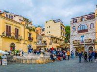 Италия. Сицилия. Таормина. People are strolling on piazza Duomo in Taormina, Sicily, Italy. Фото Dudlajzov - Depositphotos