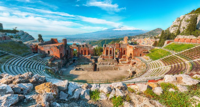 Италия. Сицилия. Таормина. Ruins of ancient Greek theater in Taormina and Etna volcano. Фото Pilat666 - Depositphotos
